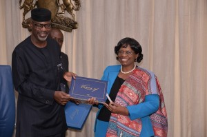 Cross River State Governor, Senator Liyel Imoke presenting a souvenir  to  UNFPA Country Representative, Ms. Ratidzai Ndhlovu, when she led a delegation of the agency on a visit to Government House, Calabar