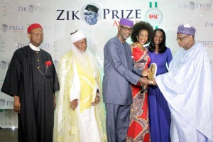 Governor Imoke receiving the Zik Award for Leadership in Lagos. He is accompanied by his wife, Mrs Obioma Imoke and the erstwhile Secretary General of Commonweath, Chief Emeka Anyaoku