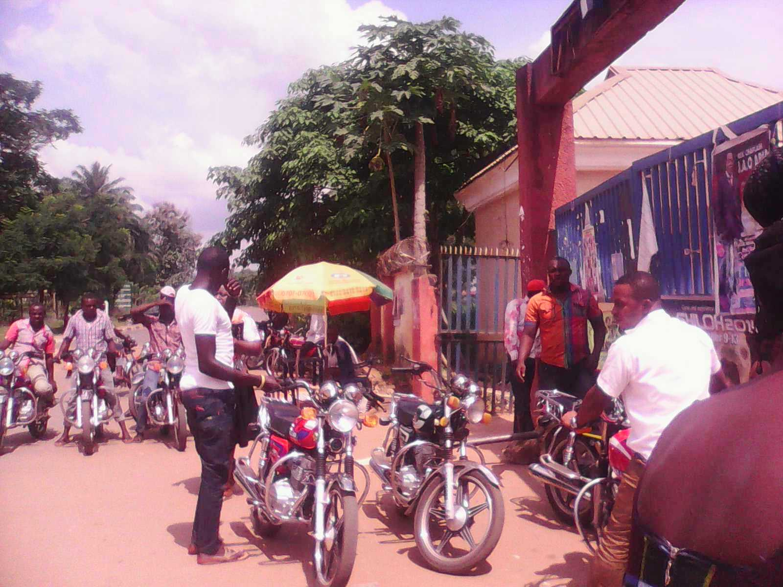 Indiscriminate parking at the FCE gate by men