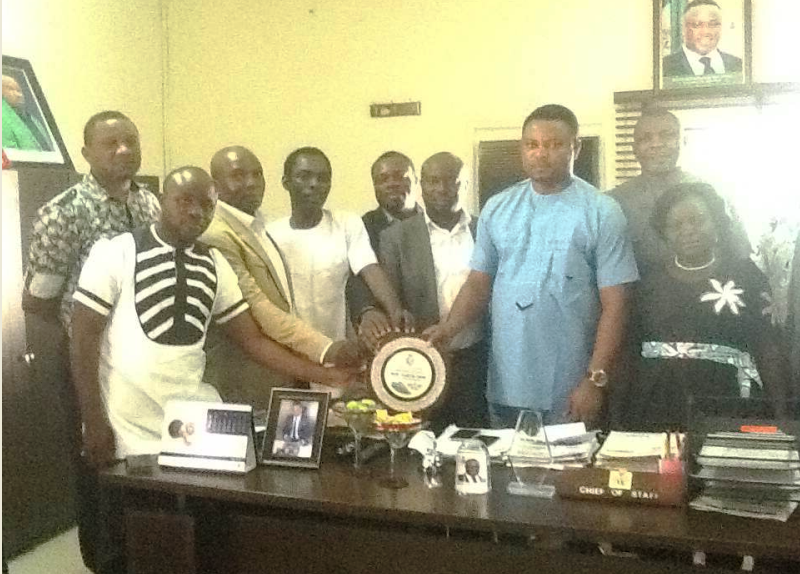 Members of the forum with the chief of staff while presenting him a congratulatory plague