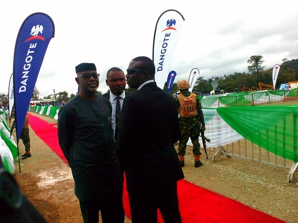 Presidential security aide blocking former governor of Cross River, Imoke from accessing the stage on Tuesday