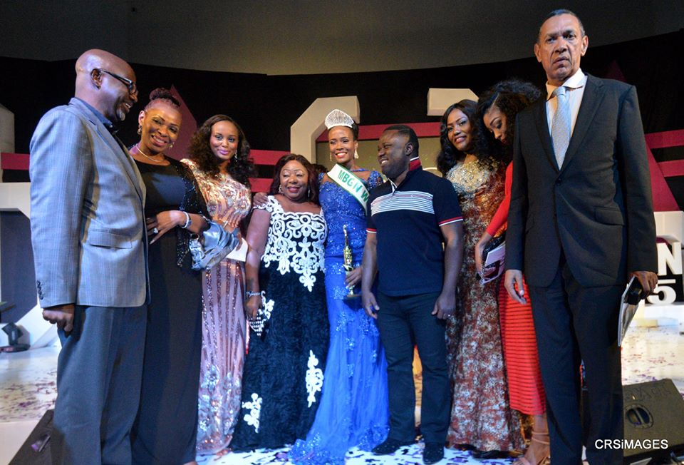 Winner, 2015 MBGN, Miss Anambra, Unoaku Anyadike, (M) flanked (R) Cross River State Governor and Chief Host, Professor Ben Ayade, and (L) Senator Florence Ita Giwa. Others, (1st from left) Former Governor of Cross River State, Senator Liyel Imoke and wife, Obioma, (1st from right) Chairman, Silverbird Group, Senator Ben Murray-Bruce and other joyful dignitaries