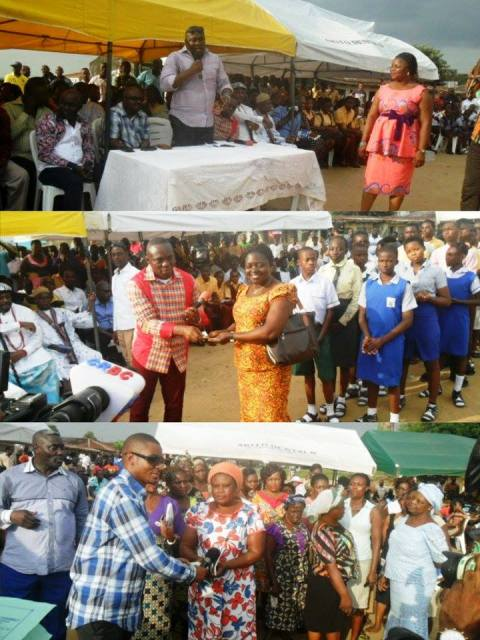 Beneficiaries receiving their cash rewards at the event
