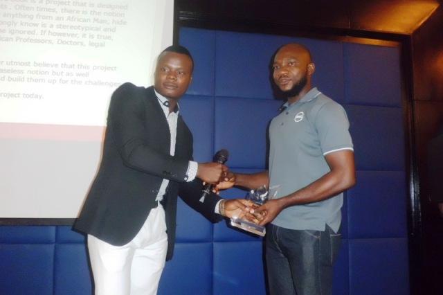 Hossana Nnana receiving the award plaque