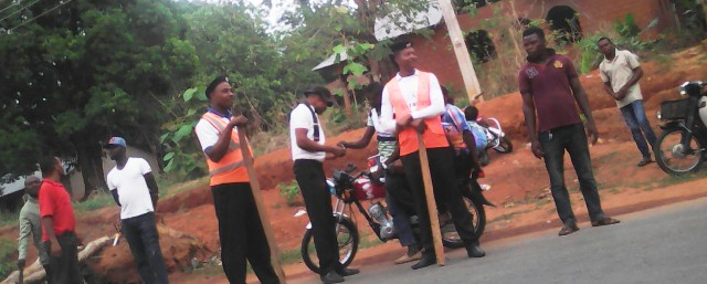 One of the VIO caught on camera collecting bribe (pass) from a motor bike rider in Obudu