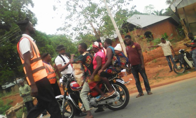 Another biker stopped by the VIO officials to collect bribe