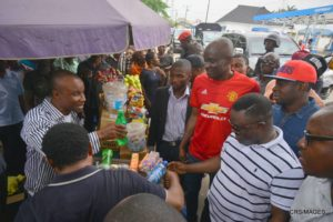 Governor Ayade purchasing groundnut at Atimbo