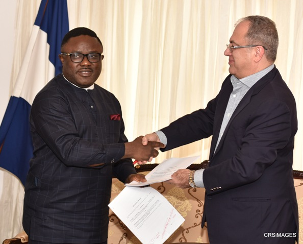 Cross River State Governor, Senator Ben Ayade, exchanging Memorandum of Understanding (MoU) with the President of Skipper Seil Group of Company, Mr. Jitender Sachdeva in Government House, Calabar, Monday.
