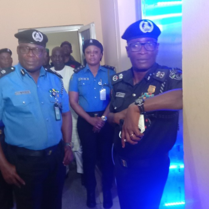 42nd COP in Cross River State, CP Alhassan Aminu (L) and 41st COP, CP Sikiru Akande(R) pose for photographs shortly after Akande handed over the command to Aminu. 11/8/2021 (Credit: Instagram/Sparkling FM)