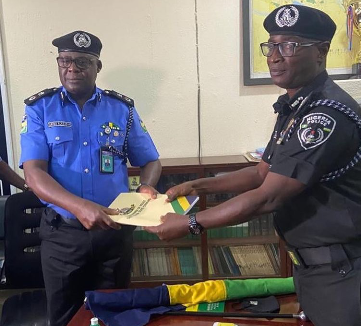 42nd COP in Cross River State, CP Alhassan Aminu (L) receiving handing over notes from the 41st COP, CP Sikiru Akande(R) at the command headquarters in Calabar.11/8/2021 (Credit: Instagram/CalabarBlog)